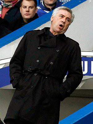 Carlos Ancelotti na partida do Chelsea contra o Aston Villa