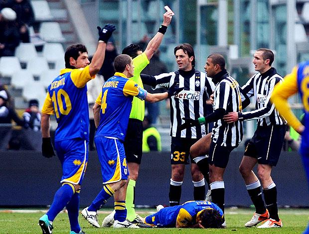 Felipe Melo recebe o cartão vermelho na partida do Juventus