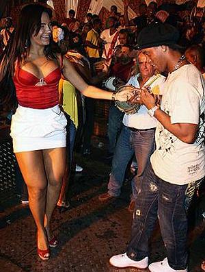 Ronaldinho Gaúcho sambando com rainha de bateria