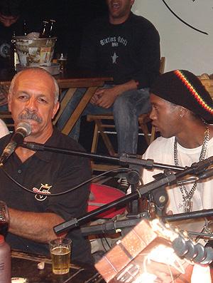 Ronaldinho Gaúcho tocando pagode com Júnior