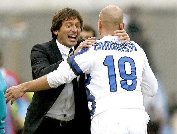 Leonardo comemora gol do Inter de Milão com Cambiasso