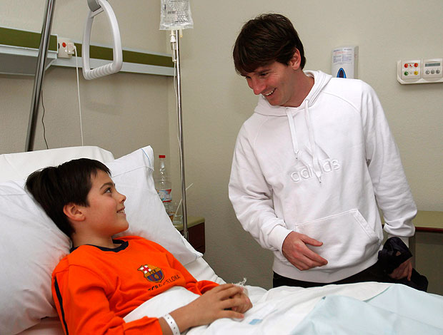 Messi do Barcelona visitam hospital