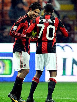 Pato e Robinho comemoram gol do Milan contra o Udinese
