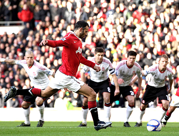 Ryan Giggs cobra pênalti do Manchester United contra o Liverpool