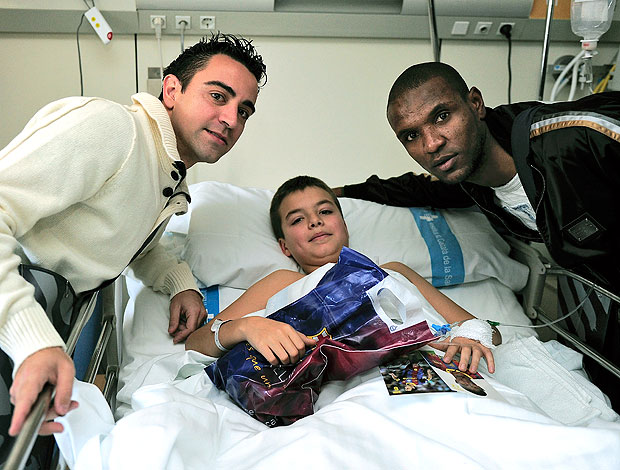 Xavi e Abidal do Barcelona visitam hospital