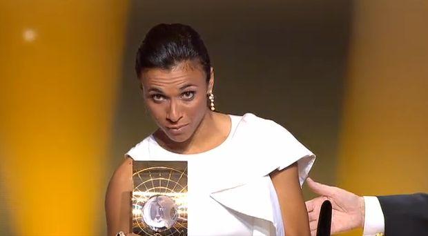 marta com trofeu de melhor jogadora do mundo - fifa (Foto: Reprodução)