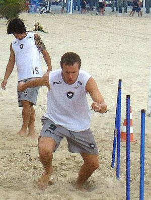 Marcelo Mattos e Lucas no treino do Botafogo na praia
