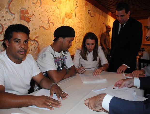 Momento da assinatura do contrato de Ronaldinho com o Fla