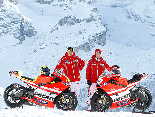 Valentino Rossi e Nicky Hayden apresentam as novas motos da Ducati