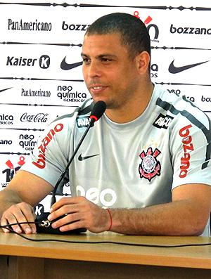Ronaldo durante coletiva do Corinthians
