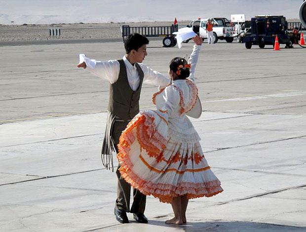 dançarinos no desembarque da seleção