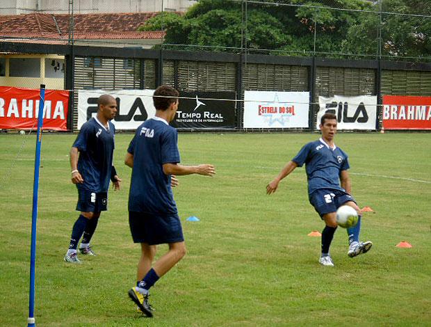 jogadores do Botafogo jogando futvôlei