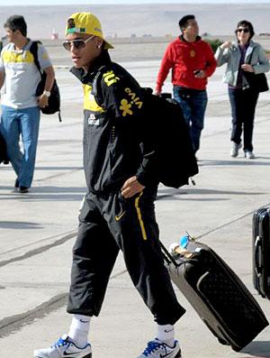 Neymar no desembarque da seleção