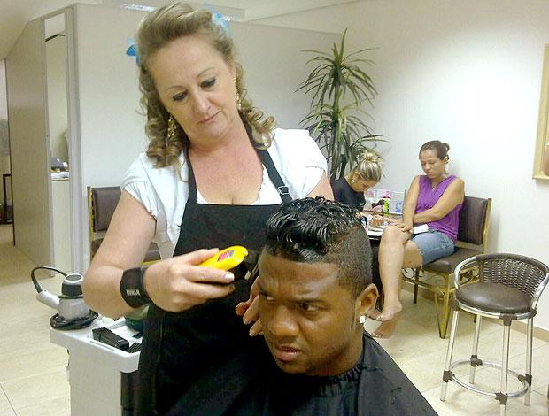 goleiro Felipe corta o cabelo