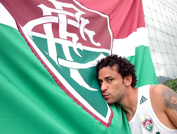 Fred beija bandeira do Fluminense