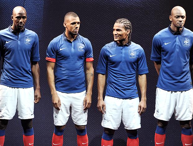 jogadores da seleção da França posam com o novo uniforme