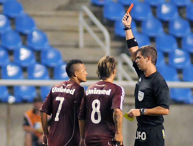 Souza recebe o cartão vermelho na partida do Fluminense