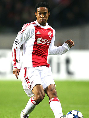 Emanuelson na partida do Ajax