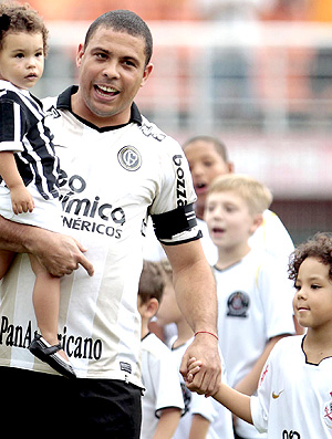 ronaldo corinthians entra com os filhos para o jogo com  noroeste