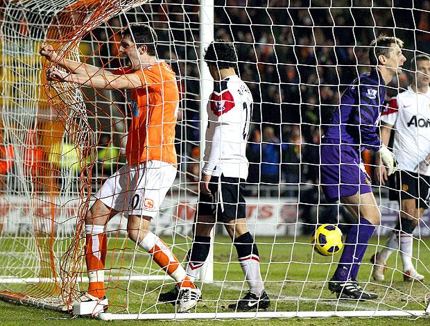 Craig Cathcart comemora gol do Balckpool contra o Manchester United