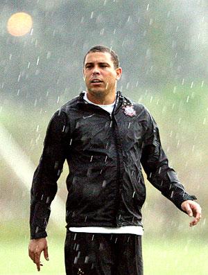 Ronaldo no treino do Corinthians com chuva