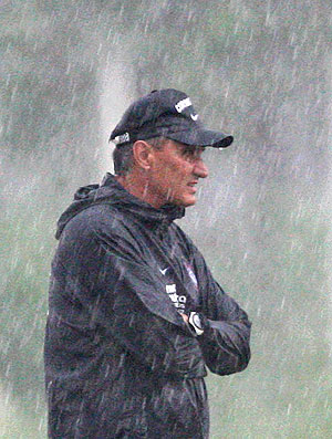 Tite no treino do Corinthians com chuva