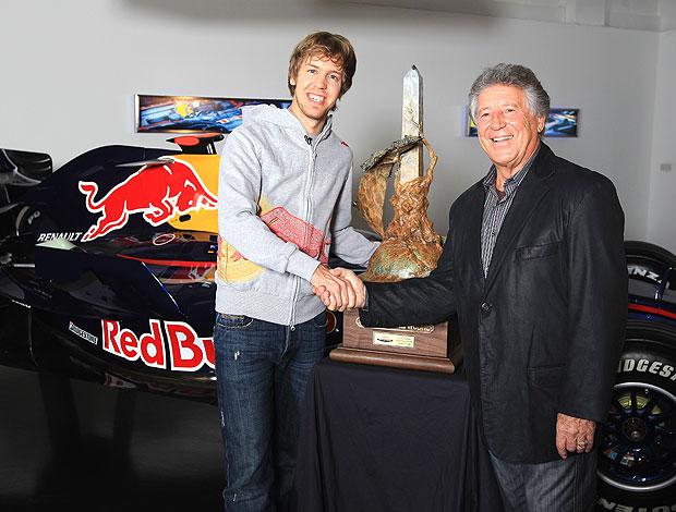 Vettel em encontro com Mario Andretti durante visita na fábrica da RBR