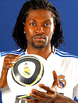 Adebayor apresentado no Real Madrid (Foto: Reprodução / Site Oficial)