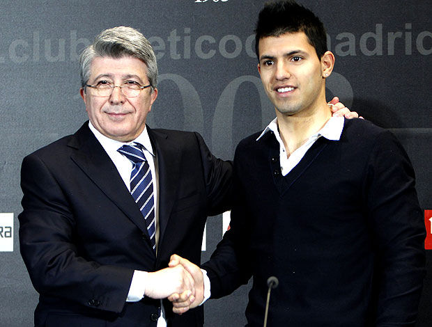 Agüero ao lado do presidente do Atlético de Madrid, Enrique Cerezo