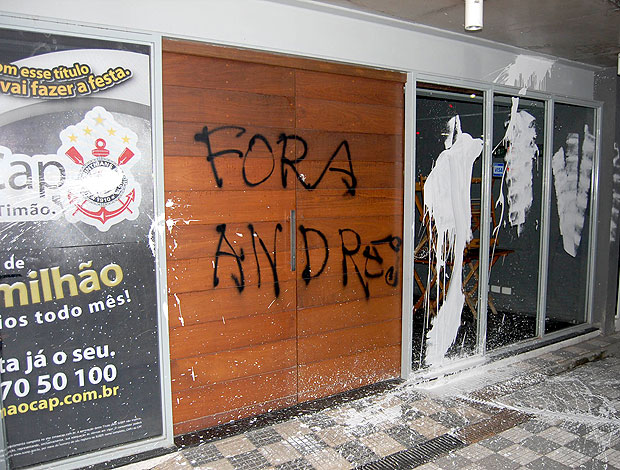 protesto da torcida do Corinthians com pichações (Foto: Futura Press)