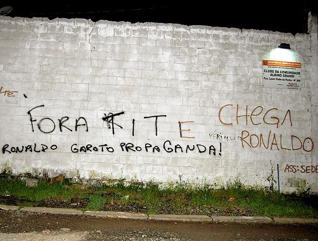 protesto da torcida do Corinthians com pichações (Foto: Futura Press)