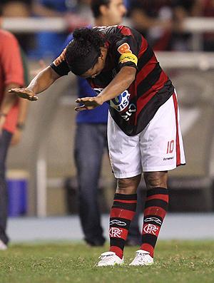 reverência ronaldinho gaúcho    flamengo x nova iguaçu (Foto: Alexandre Cassiano/O Globo)