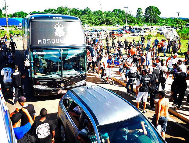 torcedores do Corinthians atacam ônibus do time (Foto: Marcos Ribolli / GLOBOESPORTE.COM)