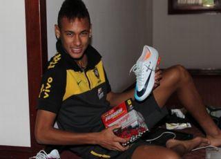 Neymar exibe carrinho que ganhou de presente de aniversário (Foto: Divulgação / CBF)