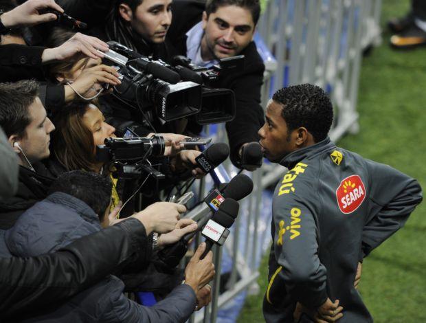 Robinho concede entrevista após treino do Brasil (Foto: Reuters)