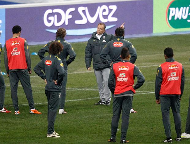 Mano Menezes no treino da seleção (Foto: Reuters)