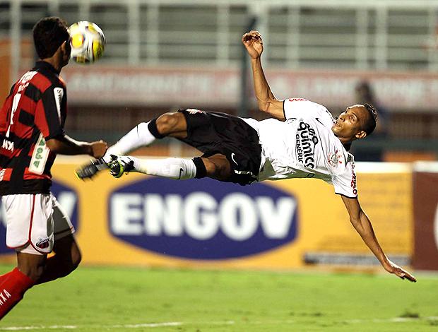 Liedson voleio Corinthians (Foto: Marcos Ribolli / Globoesporte.com)