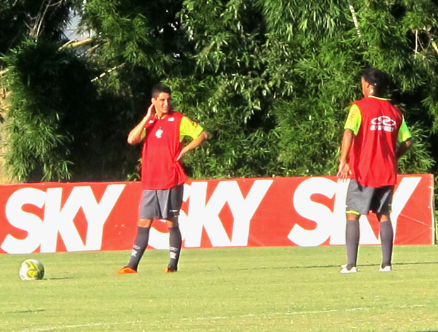 Ronaldinho e Thiago Neves em cobrança de falta (Foto: Richard Souza / Globoesporte.com)