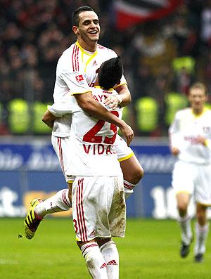 Renato Augusto marca gol do Bayer Leverkusen contra o Eintracht Frankfurt  (Foto: Reuters)