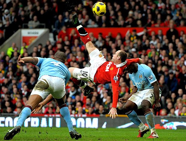 Rooney marca um lindo gol contra o City (Foto: AFP)