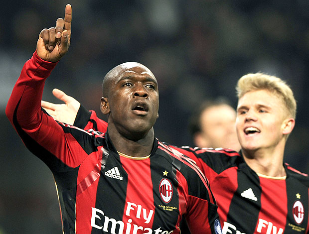 Seedorf comemora gol do Milan contra o Parma (Foto: AFP)