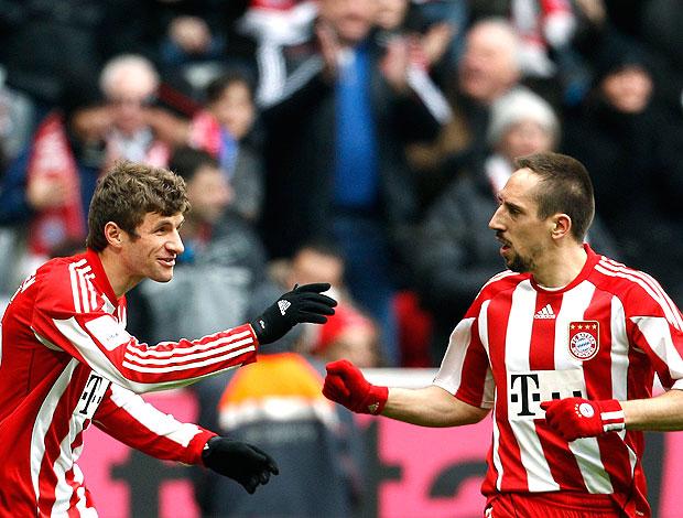 Thomas Mueller comemora gol do Bayern de Munique com Ribery (Foto: Reuters)