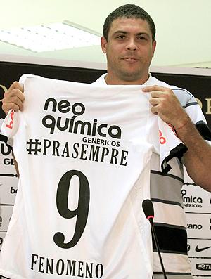 Ronaldo com a camisa de presente do Corinthians (Foto: Reuters)