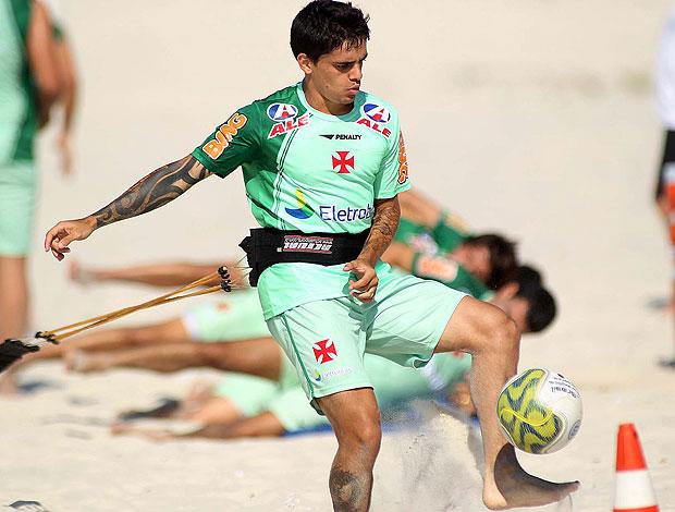 Fagner no treino do Vasco na praia (Foto: Maurício Val / Fotocom.net)