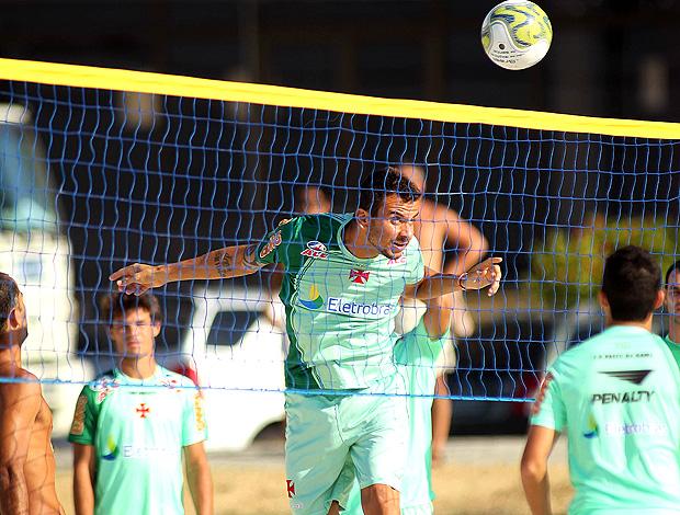 Fernando no treino do Vasco na praia (Foto: Maurício Val / Fotocom.net)
