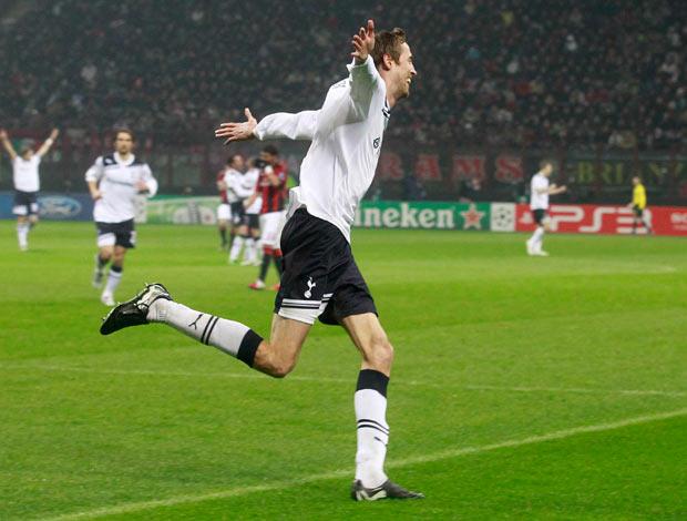 Peter Crouch comemora o gol do Tottenham (Foto: Reuters)