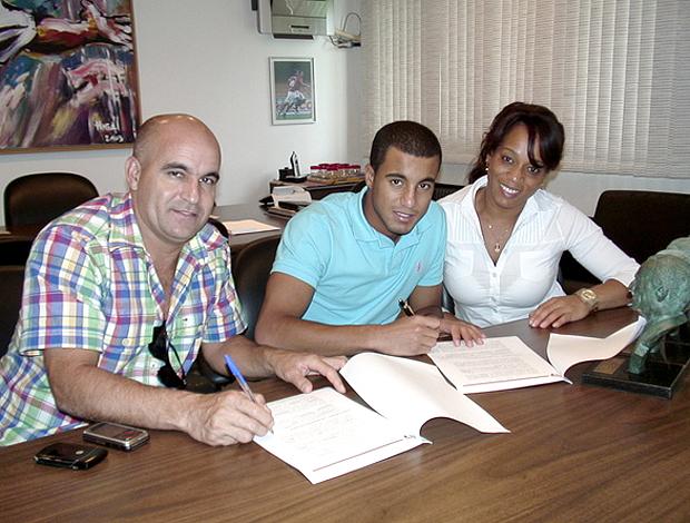 Lucas com o pai Jorge e da mãe Fátima (Foto: Site Oficial / www.saopaulofc.net)