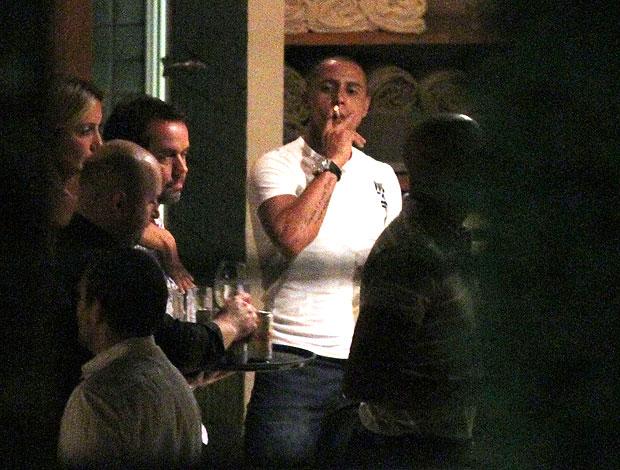 Roberto Carlos fumando durante festa na casa de Ronaldo (Foto: José Mariano / Ag. Estado)