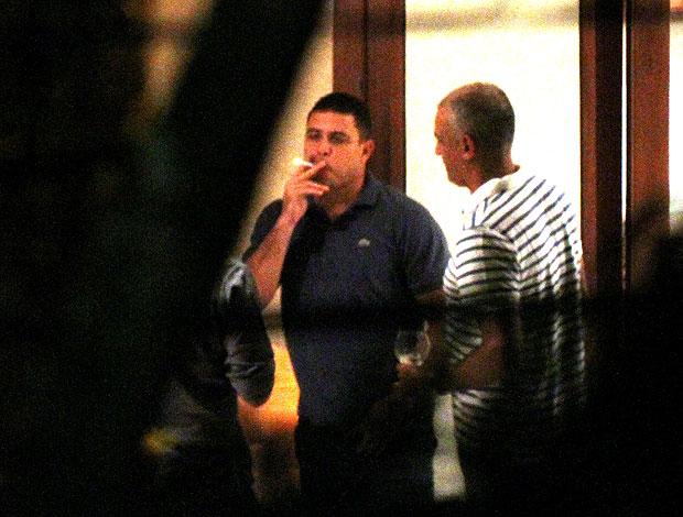 Ronaldo fumando durante festa em sua casa (Foto: José Mariano / Ag. Estado)