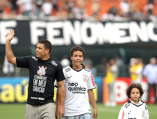 ronaldo corinthians x santos filhos (Foto: Agência Estado)